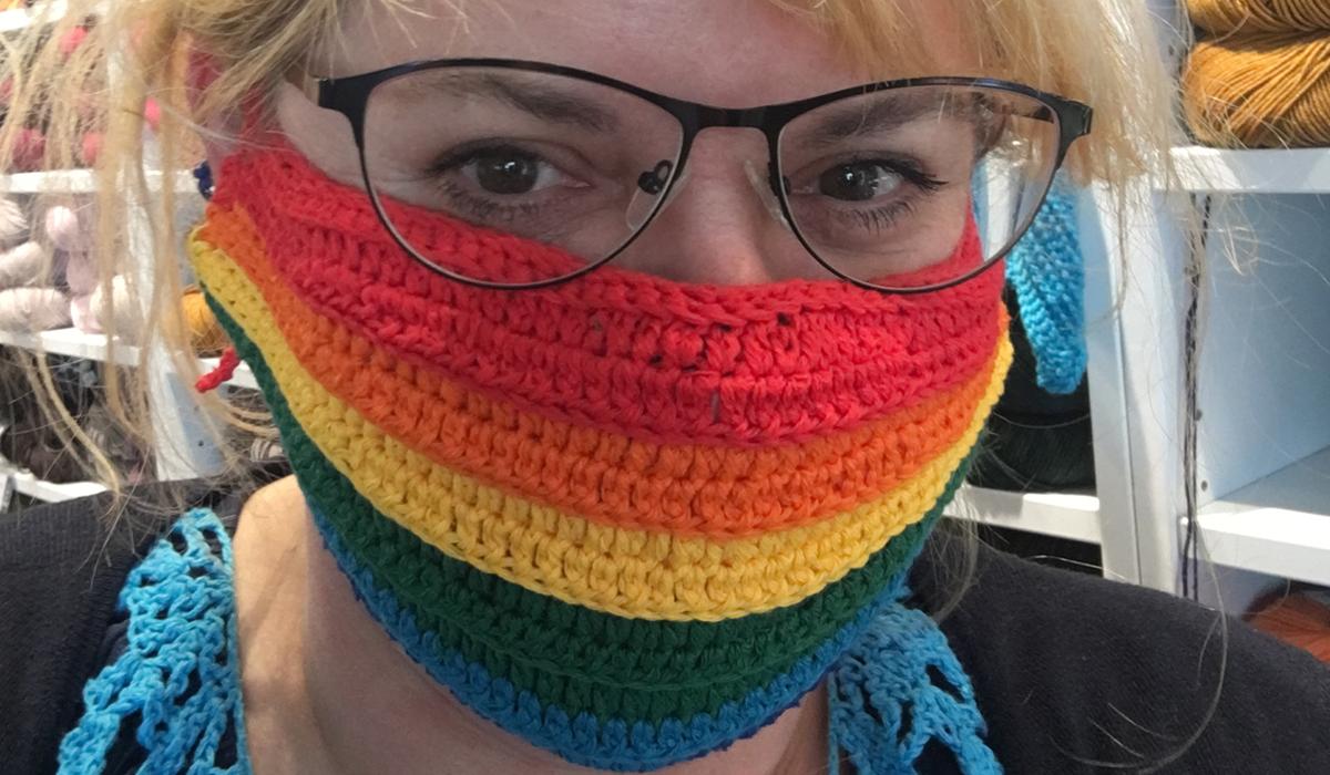 Britta Janzen mit einer selbstgenähten Mundschutzmaske